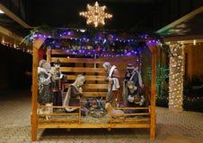 Escena de la natividad de la Navidad con tres hombres sabios que presentan los regalos al bebé Jesús, Maria y José Foto de archivo libre de regalías