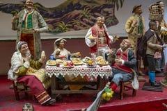 Escena de la natividad de la Navidad, detalle de un Presepe napolitano que representa una representación de un restaurante para e foto de archivo libre de regalías
