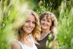 Escena de la naturaleza de la belleza con la familia al aire libre Madre e hija Fotos de archivo libres de regalías