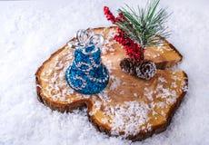 Escena de la Navidad Bell y abeto-cono con un manojo de bayas Foto de archivo libre de regalías
