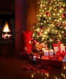 Escena de la Navidad con el árbol y fuego en fondo Fotografía de archivo