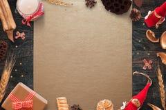 Escena de la Navidad con las decoraciones de la Navidad en el mantel del oro y la tabla de madera negra Fotos de archivo
