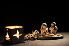 Escena de la Navidad con las estatuillas incluyendo Jesús, Maria y José Foto de archivo libre de regalías