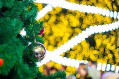 Escena de la Navidad con los regalos del árbol fotografía de archivo