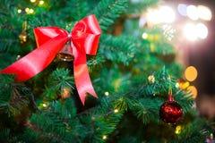Escena de la Navidad con los regalos del árbol imagenes de archivo