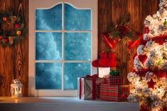 Escena de la Navidad con los regalos del árbol y la ventana congelada fotos de archivo libres de regalías