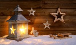 Escena de la Navidad en luz caliente de la linterna Fotos de archivo libres de regalías