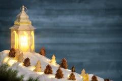 Escena de la Navidad en luz caliente de la vela de una linterna foto de archivo libre de regalías
