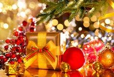Escena de la Navidad Regalos bajo el árbol de navidad foto de archivo