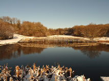 Escena de la nieve del invierno - lago de la pesca en País de Gales Foto de archivo