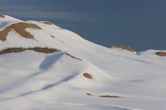 Escena de la nieve del invierno - montaña, nieve y cielo azul imagenes de archivo