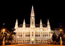 Ayuntamiento Viena en la noche imagen de archivo