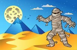 Escena de la noche con la momia y las pirámides