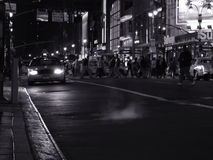 Escena de la noche con un taxi en la calle en Nueva York Imagen de archivo libre de regalías