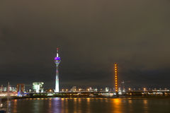 Escena de la noche de Düsseldorf - de Alemania fotografía de archivo