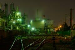 Escena de la noche de fábricas fotografía de archivo
