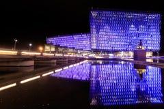 Escena de la noche de Harpa Concert Hall en Reykjavik Foto de archivo libre de regalías