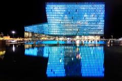 Escena de la noche de Harpa Concert Hall en Reykjavik Fotos de archivo