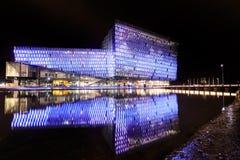 Escena de la noche de Harpa Concert Hall en Reykjavik Imágenes de archivo libres de regalías