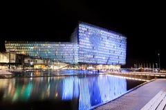 Escena de la noche de Harpa Concert Hall en Reykjavik Fotografía de archivo