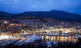 Escena de la noche de la bahía de Mónaco fotografía de archivo libre de regalías