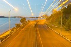 Escena de la noche de la carretera de Tauranga con las luces del vehículo y de calle en z Imagen de archivo