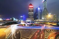 Escena de la noche de la carretera del paso superior del arco iris del deslumbramiento en Shangai Foto de archivo libre de regalías