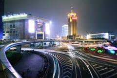 Escena de la noche de la carretera del paso superior del arco iris en Shangai Fotos de archivo