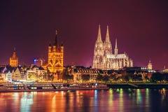 Escena de la noche de la catedral de Colonia imagen de archivo