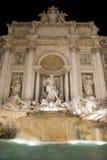 Escena de la noche de la fuente del Trevi Imagen de archivo