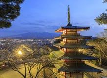 Escena de la noche de la pagoda de Chureito con el fondo de Mt.fuji Imagen de archivo libre de regalías