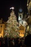 Escena de la noche de la vieja plaza con el árbol de navidad en Praga Imagen de archivo