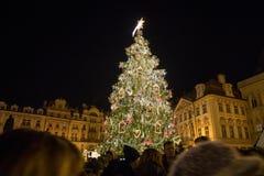 Escena de la noche de la vieja plaza con el árbol de navidad en Praga Imagen de archivo libre de regalías