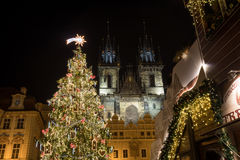 Escena de la noche de la vieja plaza con el árbol de navidad en Praga Imágenes de archivo libres de regalías