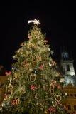 Escena de la noche de la vieja plaza con el árbol de navidad en Praga Fotografía de archivo