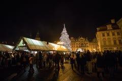 Escena de la noche de la vieja plaza con el árbol de navidad en Praga Foto de archivo