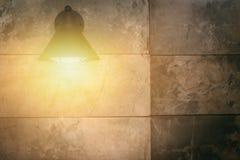 Escena de la noche de las lámparas del muro de cemento y del techo Imagen de archivo