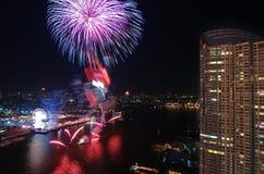 Escena de la noche de los fuegos artificiales de la Feliz Año Nuevo, río VI del paisaje urbano de Bangkok Fotografía de archivo libre de regalías