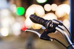 Escena de la noche de los manillares de la bicicleta Foto de archivo libre de regalías