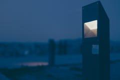 Escena de la noche de una luz arquitectónico diseñada de moda en el primero plano Fotografía de archivo libre de regalías