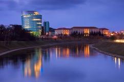Escena de la noche de Vilnius, universidad y de Barclay Imagenes de archivo