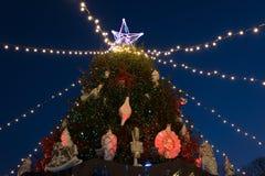 Escena de la noche del árbol de navidad foto de archivo