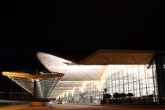 Escena de la noche del aeropuerto de Hong-Kong Foto de archivo libre de regalías