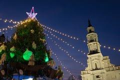 Escena de la noche del ayuntamiento del árbol de navidad y de Kaunas fotografía de archivo