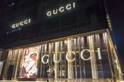 Escena de la noche del boutique de GUCCI Fotografía de archivo