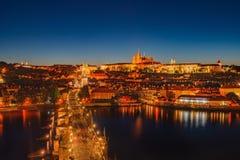 Escena de la noche del castillo y de Charles Bridge de Praga Imagenes de archivo