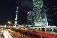 Escena de la noche del coche moderno del fondo de los edificios de la señal de Shangai Imagen de archivo libre de regalías
