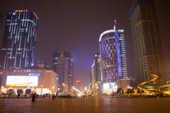 Escena de la noche del cuadrado de Tianfu en Chengdu foto de archivo