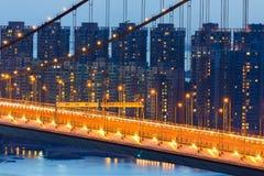 Escena de la noche del edificio de residencia del puente de Tsing Ma Foto de archivo libre de regalías