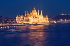 Escena de la noche del edificio del parlamento de Budapest Fotos de archivo